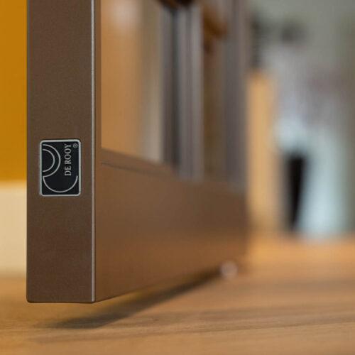 Bronzen stalen deur in kleurrijke woning de rooy label