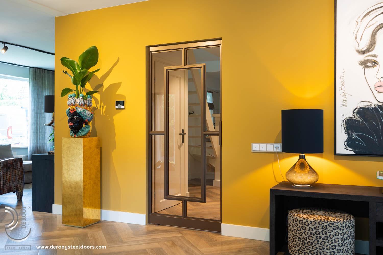 Bronzen stalen deur in kleurrijke woning enkele deur