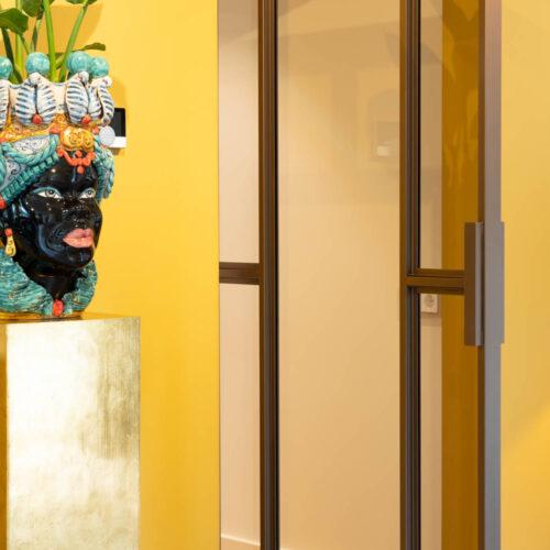 Bronzen stalen deur in kleurrijke woning enkele horta stalen deur