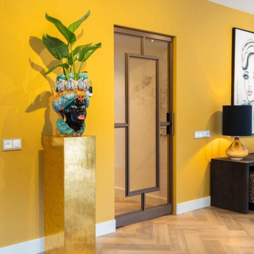 Bronzen stalen deur in kleurrijke woning enkele horta taatsdeur