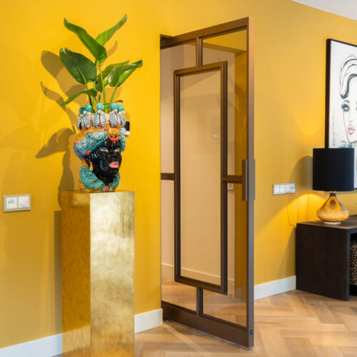 Bronzen stalen deur in kleurrijke woning enkele stalen taatsdeur