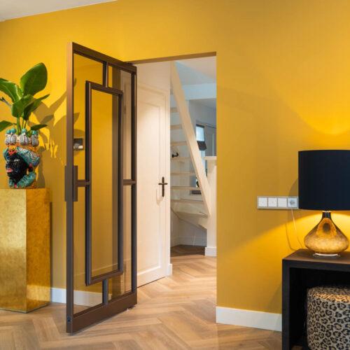 Bronzen stalen deur in kleurrijke woning enkele taatsdeur