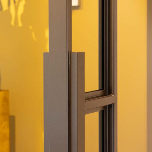 Bronzen stalen deur in kleurrijke woning handgreep