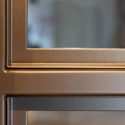 Bronzen stalen deur in kleurrijke woning profiel brons gepatineerd