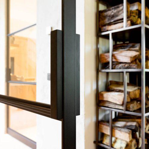 Detail handgreep stalen deur