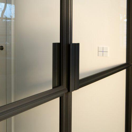 Detail stalen deur handgreep