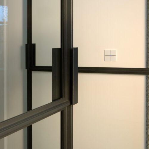 Detail stalen deur profiel en handgreep