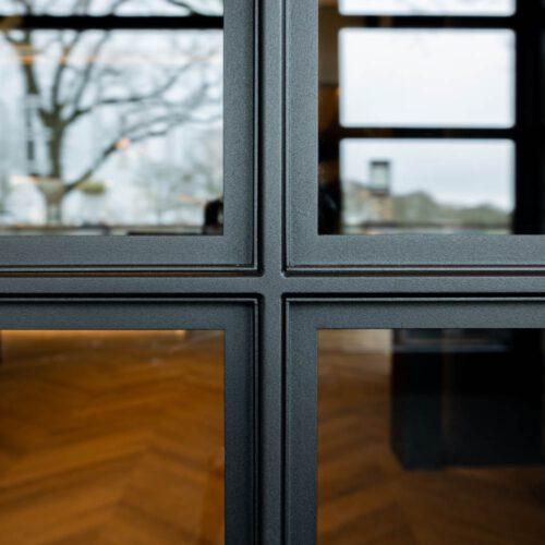 Details profielen stalen deuren