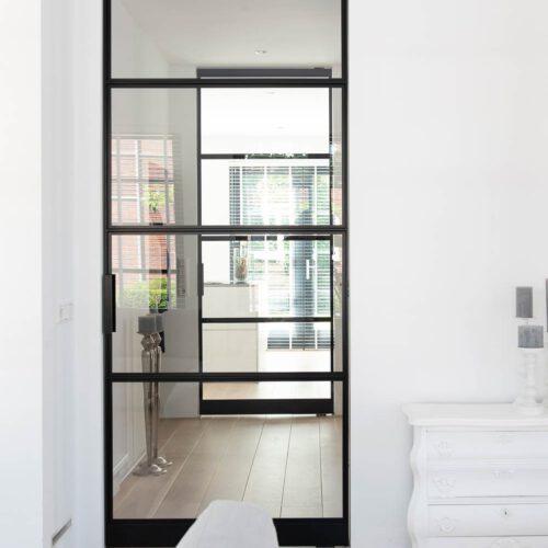 Enkele stalen deur in moderne woning hal