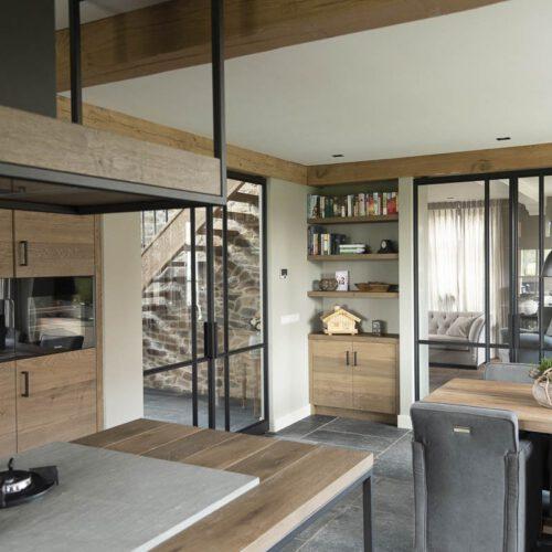 Keuken met stalen deur