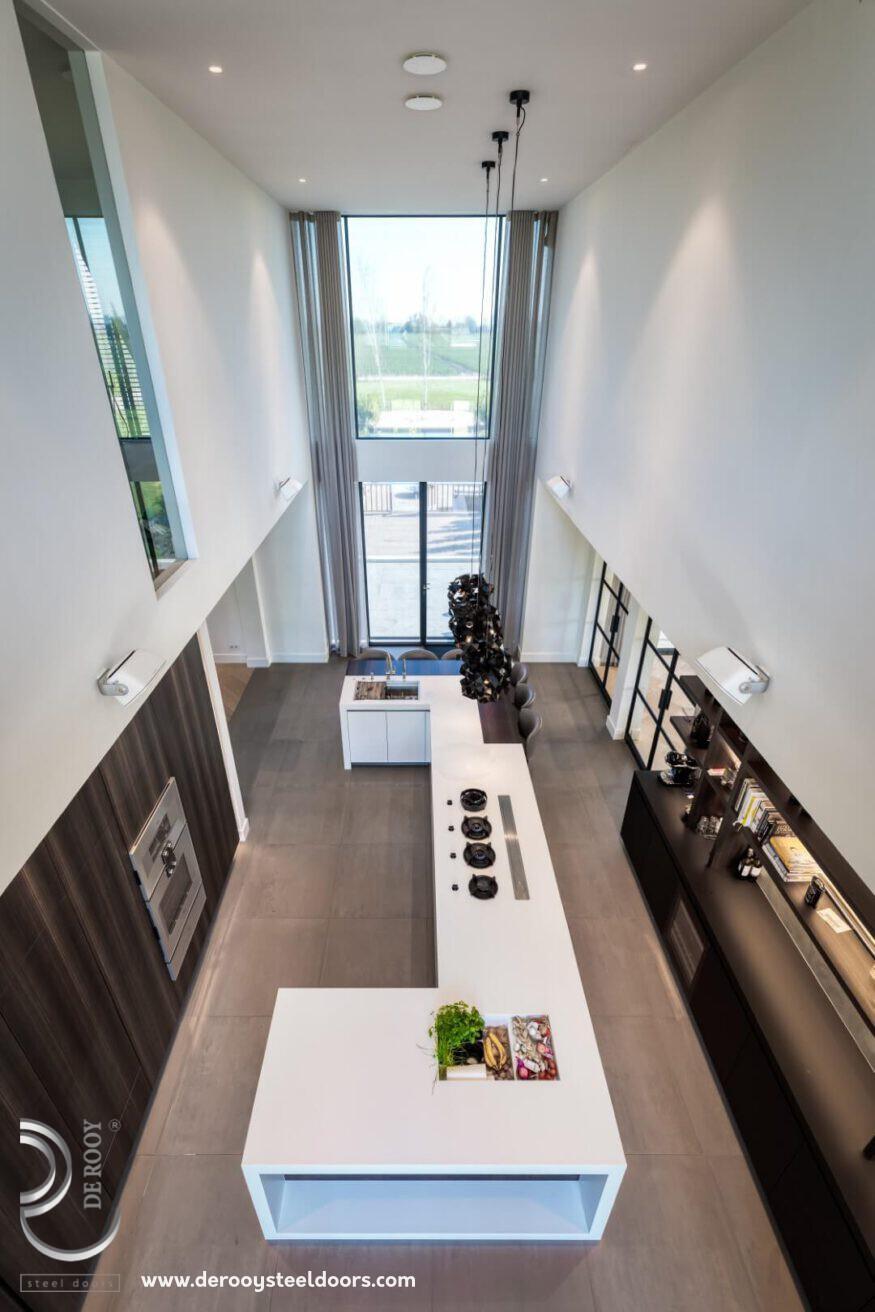Keuken met stalen deuren