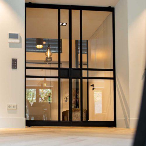 Luxe stalen deur hal en woonkamer