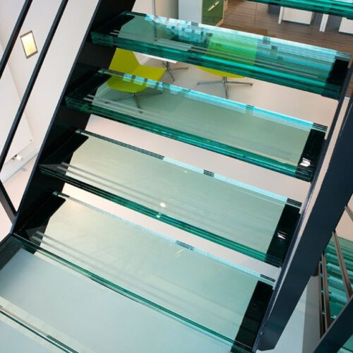 Open glazen trap met bordes in Gorinchem