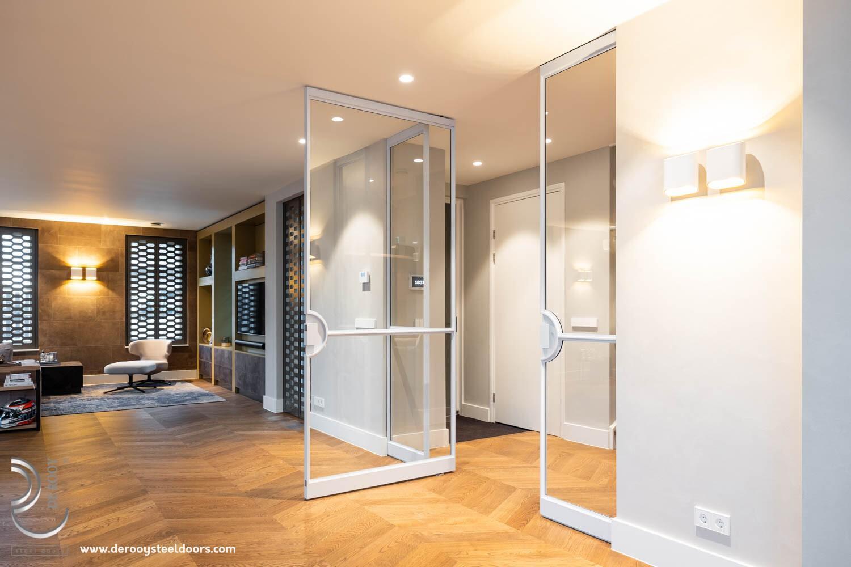 Openslaande witte stalen deuren