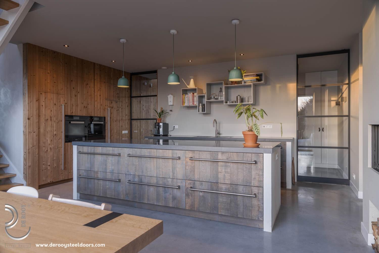Prachtige stalen deuren in modern-landelijke keuken