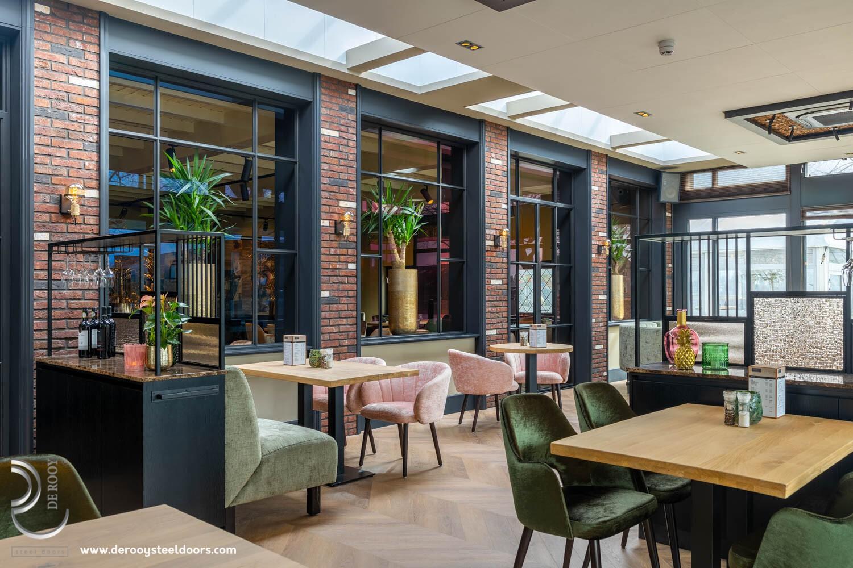 Restaurant stalen raamkozijnen De Rooy