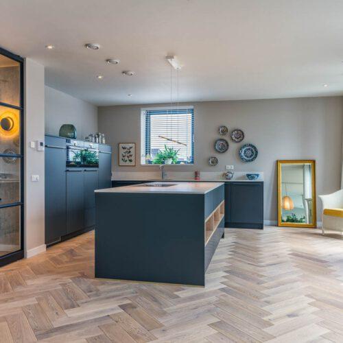 Sfeervolle zwarte keuken met stalen taatsdeuren