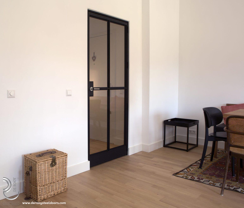 Stalen binnendeur in woonkamer