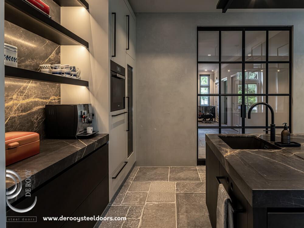 Stalen deur in sfeervolle keuken