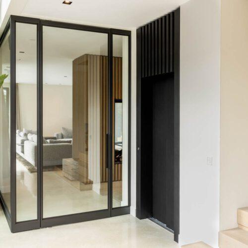Stalen deur met pui hoek woonkamer