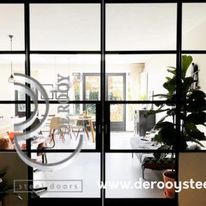 Stalen deuren met panelen in Houten