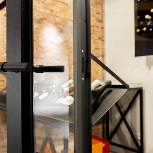 Stalen deuren in elegante wijnkelder