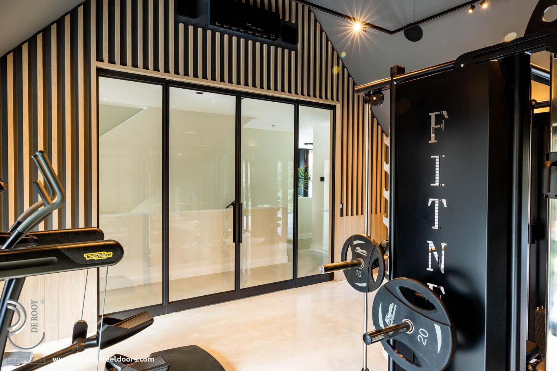 Stalen deuren in fitness ruimte