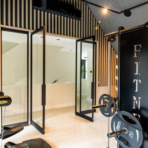 Stalen deuren in fitnessruimte