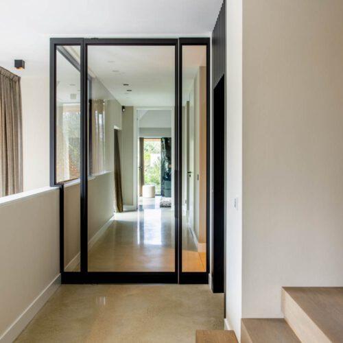 Stalen deuren in hal villa