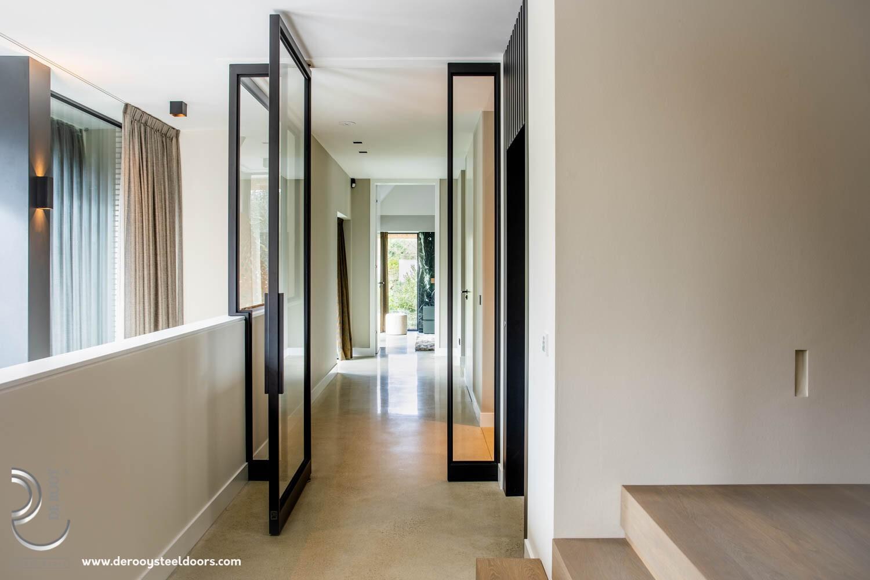 Stalen deuren in hal villa Naarden