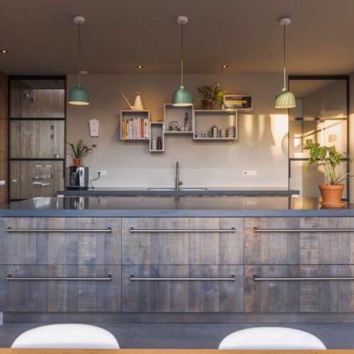 Stalen deuren in keuken modern-landelijke villa