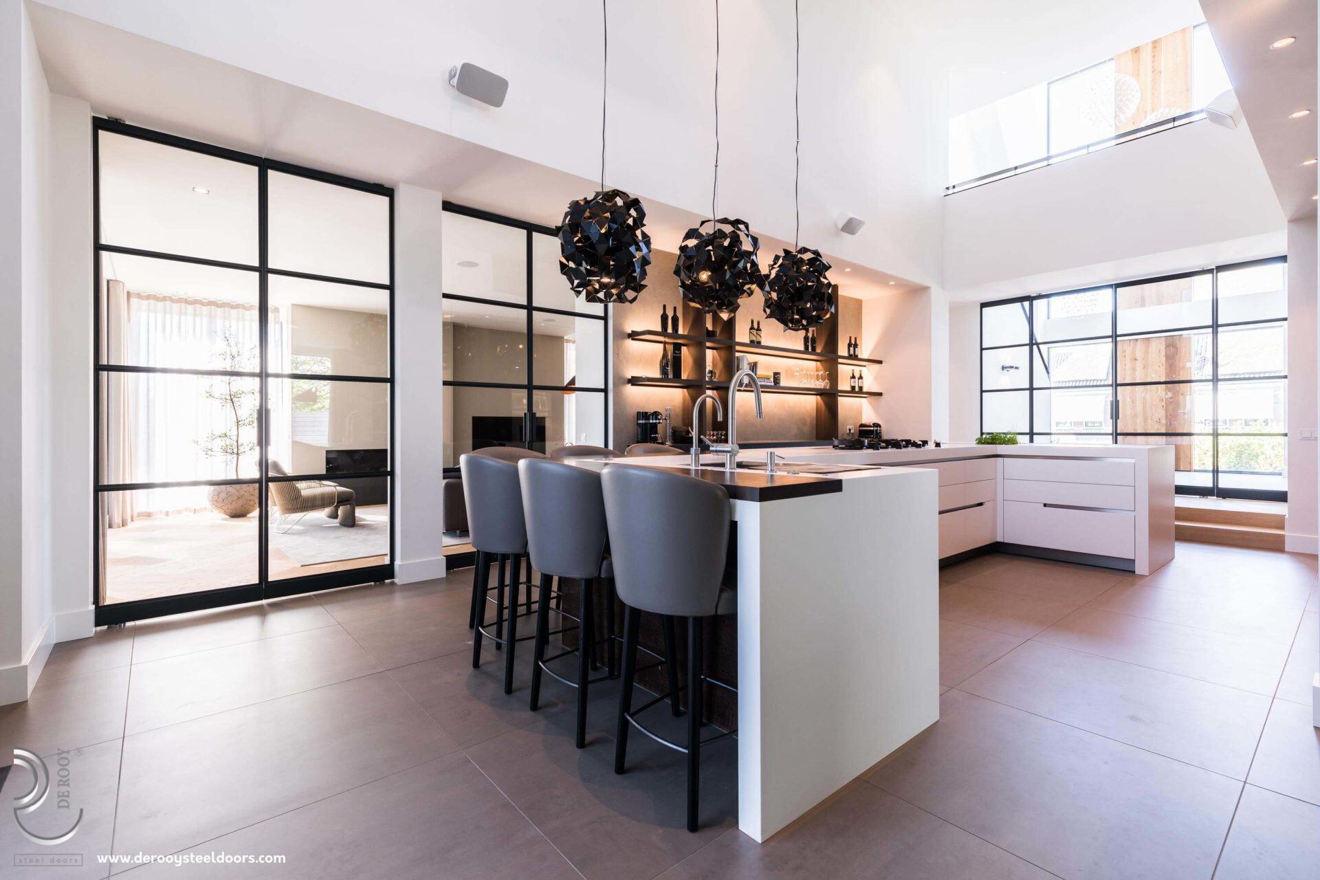 Stalen deuren in luxe keuken