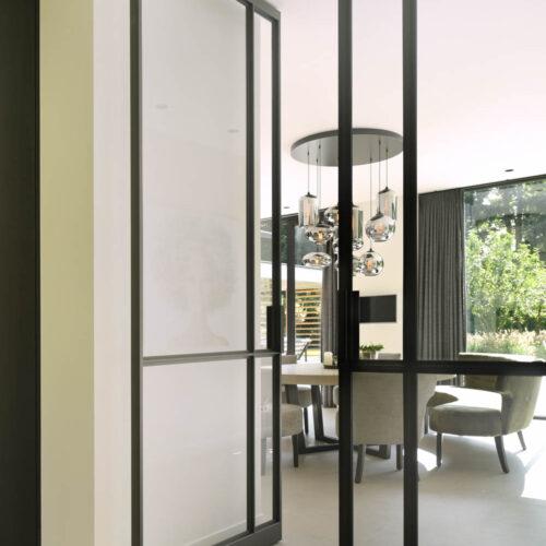 Stalen deuren in modern herenhuis dubbele deuren