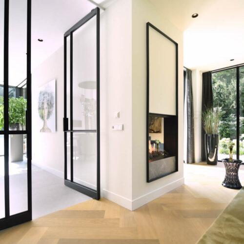 Stalen deuren in modern herenhuis dubbele taatsdeuren