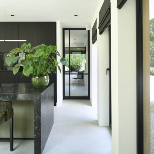 Stalen deuren in modern herenhuis enkele deur