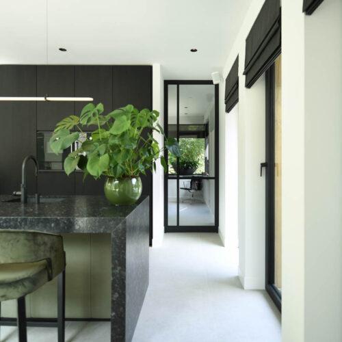 Stalen deuren in modern herenhuis enkele taatsdeur