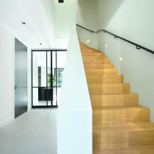 Stalen deuren in modern herenhuis hal
