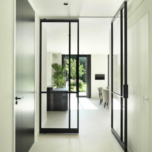 Stalen deuren in modern herenhuis hal entree