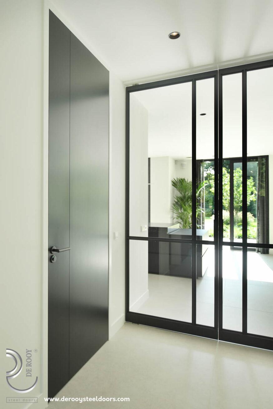 Stalen deuren in modern herenhuis hal entree taatsdeur