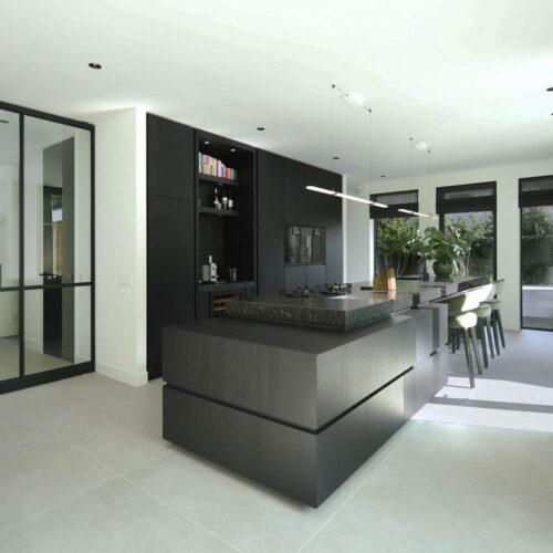 Stalen deuren in modern herenhuis keuken
