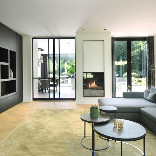 Stalen deuren in modern herenhuis living