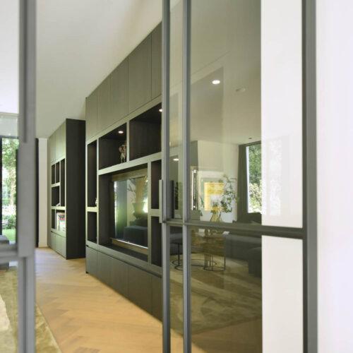 Stalen deuren in modern herenhuis taatsdeuren