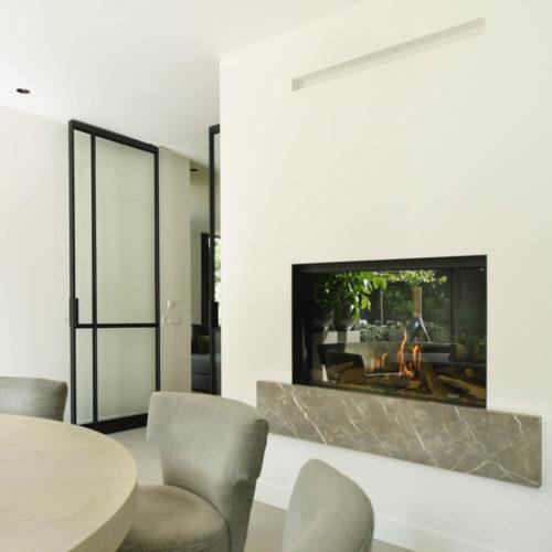 Stalen deuren in modern herenhuis woonkamer met open haard