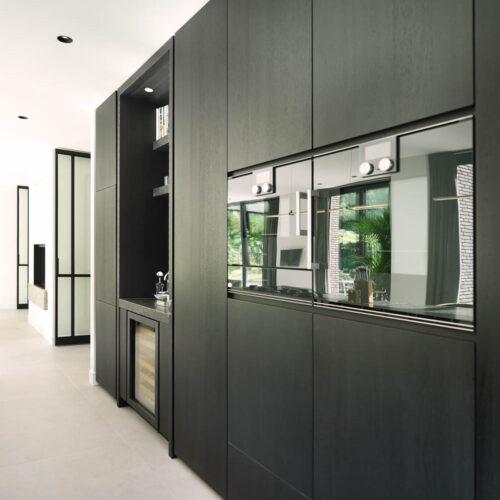Stalen deuren in modern herenhuis zwarte keuken