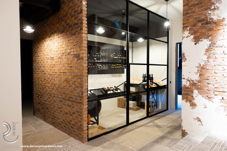 Stalen deuren in wijnkelder