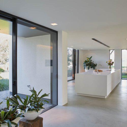 Stalen deuren in witte keuken