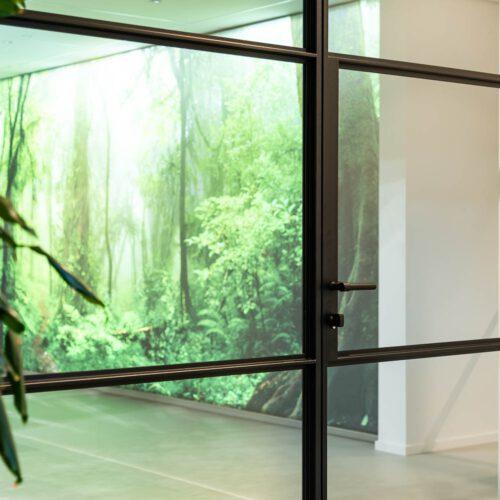Stalen deuren met grote vlakken glas