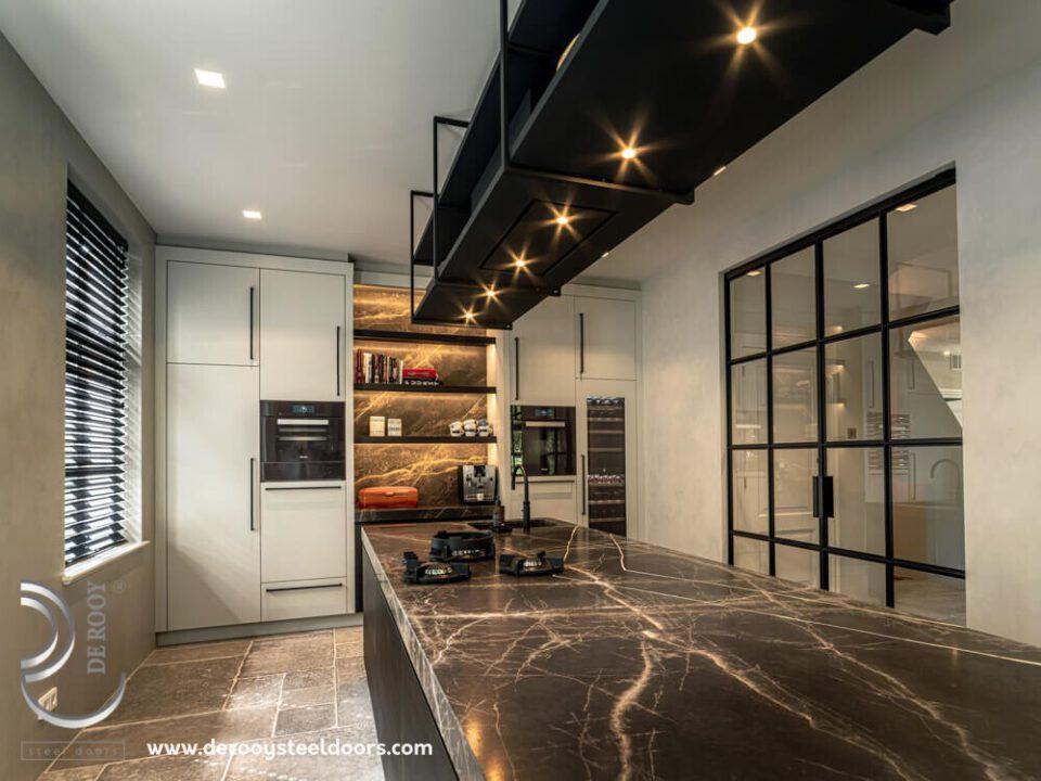 Stalen deuren met panelen in keuken