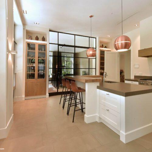 Stalen dubbele deuren in keuken