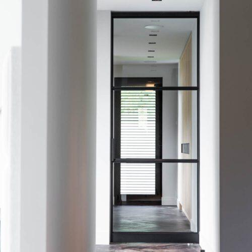 Stalen deur in hal entree